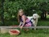 Demi i dziewczynka w ogrodzie